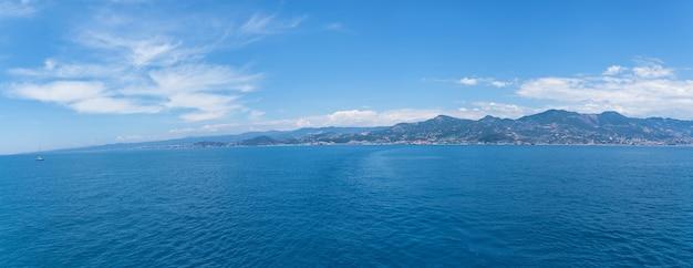 Alanya stad rotsen zee en bergen. uitzicht op de kustlijn van alanya vanaf de zee