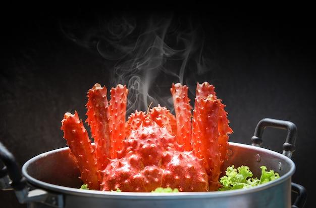 Alaskan king crab gekookt stoomboot eten dampende pot zeevruchten