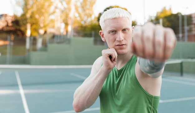 Albino blonde man bokst buitenshuis