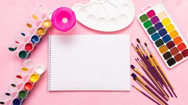 Album en verf voor de creativiteit van kinderen