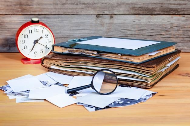 Albums met oude familiefoto's op een licht houten tafel. herinneringen van het verleden.