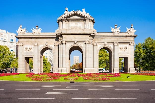 Alcala gate of puerta de alcala is een monument in de plaza de la independencia in madrid, spanje. madrid is de hoofdstad van spanje.