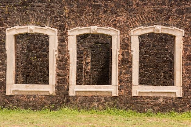 Alcantara, maranhao, brazilië - 20 mei 2016: ramen van de ruïnes van het baron pindare's palace (palácio do barão pindaré)