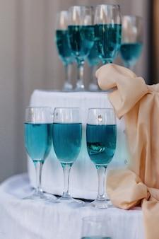 Alcohol bij feesten in glazen en buffetten