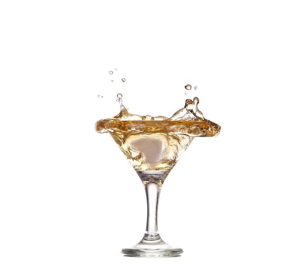 Alcohol cocktail met splash van ijs geïsoleerd op wit