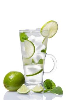 Alcohol coctail mojito met limoen en munt geïsoleerd op een witte achtergrond