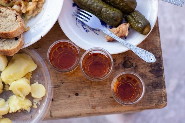 Alcohol en snacks in de natuur in de winter. winter in siberië.