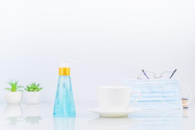 Alcohol gel virus bescherming en koffiekopje op dack