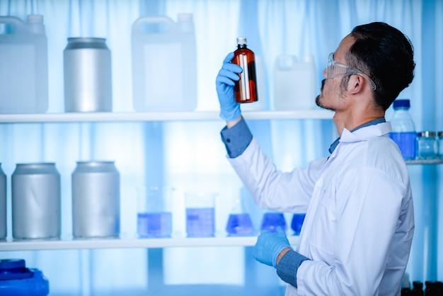 Alcohol handgel voor anti-covid-19, onderzoek voor de productie van antiseptica in chemische laboratoria.