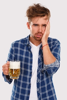 Alcohol. man in blauw shirt met bier
