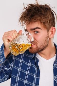 Alcohol. man in blauw shirt met bier