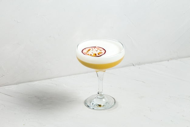 Alcohol zoet zuur schuim cocktail passievrucht