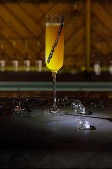 Alcoholbar, cocktailglas op toog, cocktailglas in een bar