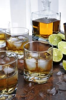 Alcoholcocktail met cognac, whisky of rum, limoen en ijs in glazen