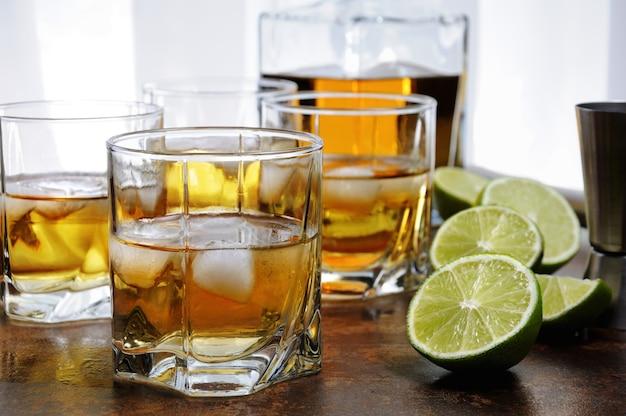 Alcoholcocktail met cognac, whisky of rum met ginger ale, limoen en ijs in glazen