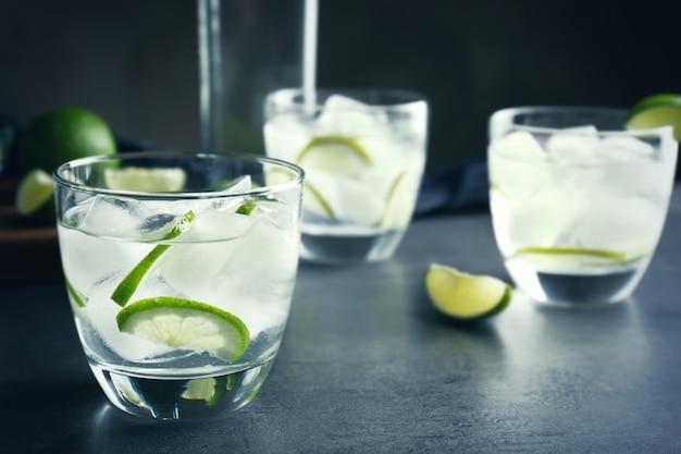 Alcoholcocktail met limoen op tafel