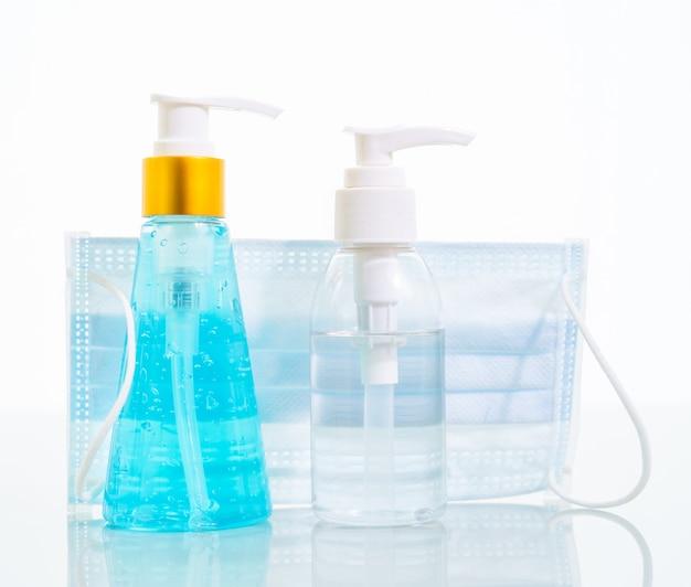 Alcoholgel en medische gezichtsmaskers, chirurgisch masker voor virusbescherming op wit
