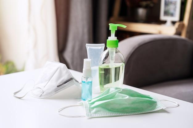 Alcoholgel ontsmettingspomp en chirurgisch masker, vermijd infecties coronavirus en bacteriën thuis
