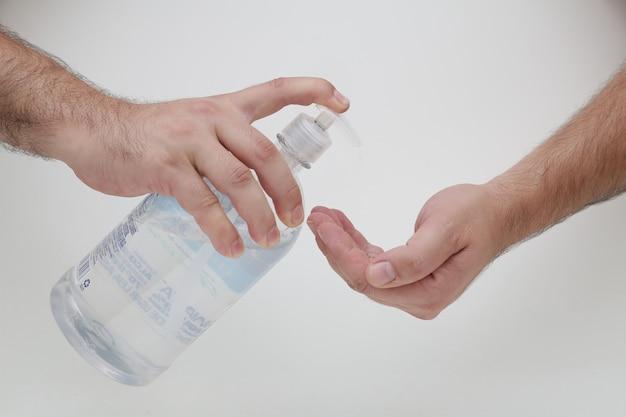 Alcoholgel op je hand doorgeven om jezelf te beschermen tegen covid19