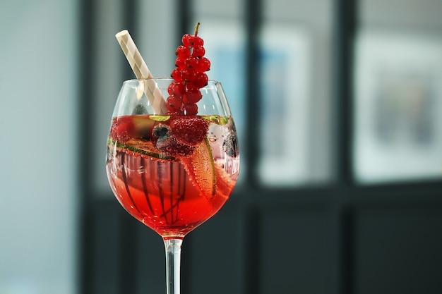 Alcoholische cocktail met fruit