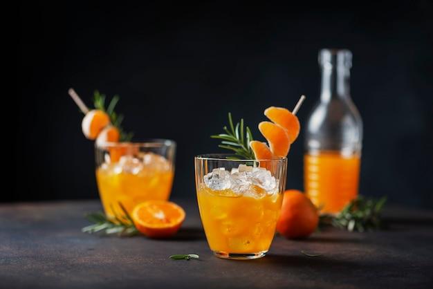Alcoholische cocktail met mandarijnen