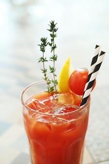 Alcoholische cocktail met stro