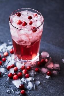 Alcoholische cocktail met wodka, cranberrysap en ijs. cape codder in een glas casablanca.