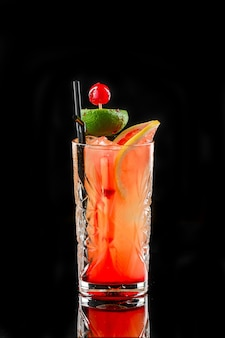 Alcoholische cocktail op zwart