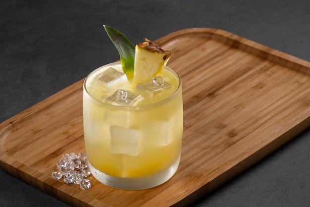 Alcoholische cocktail pisco punch op een bamboe dienblad