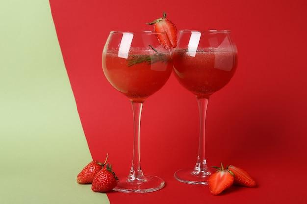 Alcoholische cocktail rossini en ingrediënten op tweekleurige achtergrond