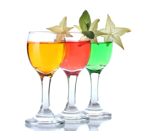Alcoholische cocktails geïsoleerd op wit