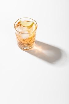 Alcoholische drank met limoen kopie ruimte