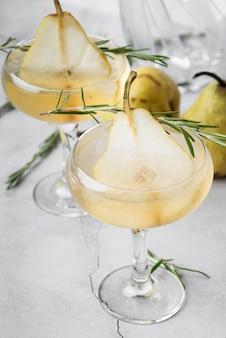 Alcoholische drankcocktail met helften van peer hoge mening