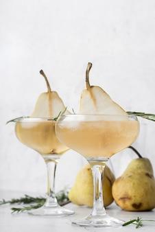 Alcoholische drankcocktail met helften van peer