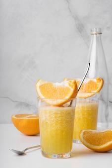 Alcoholische drankcocktail met sinaasappel