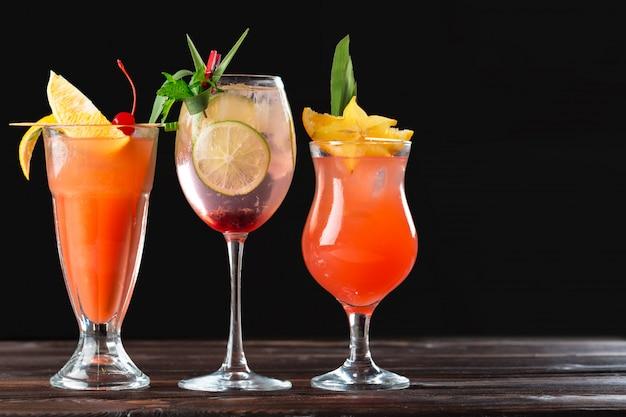 Alcoholische en niet-alcoholische cocktails op houten tafel. koude drankjes in de zomer