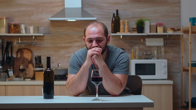 Alcoholische persoon met hoofdpijn die zich probeert te onthouden. ongelukkige persoon die lijdt aan migraine, depressie, ziekte en angst zich uitgeput voelen met symptomen van duizeligheid met alcoholismeproblemen.