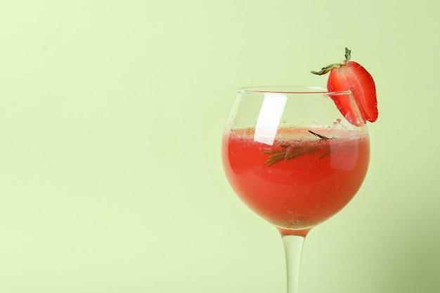 Alcoholische rossini-cocktail op lichtgroene achtergrond
