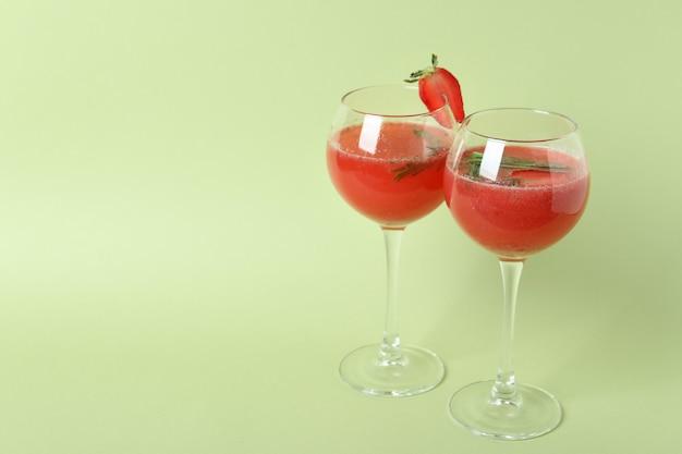 Alcoholische rossini-cocktails op lichtgroene achtergrond