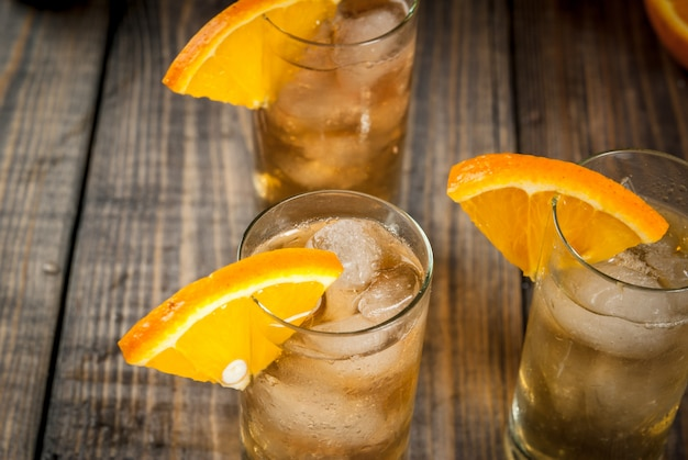 Alcoholische wodka whiskey orange highball cocktail met een oranje garnering