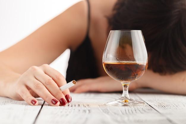 Alcoholisme bij vrouwen is een sociaal probleem. vrouwelijk drinken van whisky is de oorzaak van nerveuze stress
