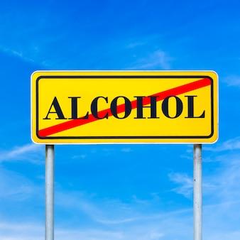 Alcoholmisbruik op een geel verkeersbord gekruist