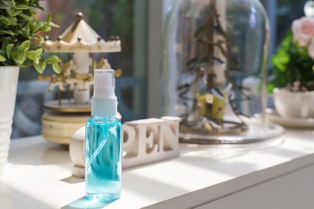 Alcoholspray wordt gebruikt om het virus covid 19 (coronavirus) te reinigen en te voorkomen.