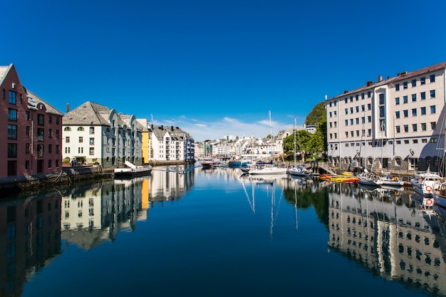 Alesund, noorwegen - juni 2019: geweldig zomerzicht op de havenstad alesund aan de westkust van noorwegen, bij de ingang van de geirangerfjord.