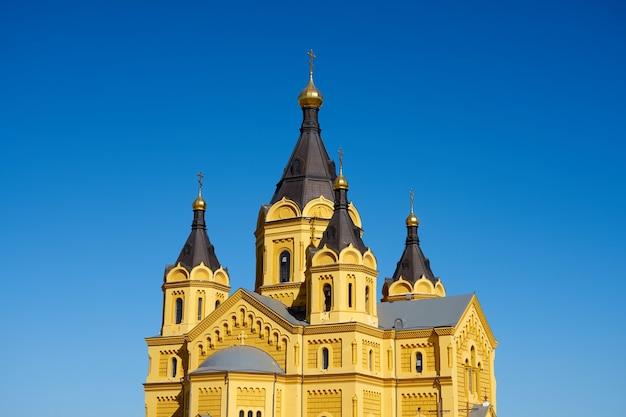Alexander nevski-kathedraal in nizjni novgorod met blauwe lucht op de achtergrond.