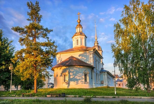 Alexander nevski-kerk in het kremlin in de stad vologda op een vroege zomerochtend