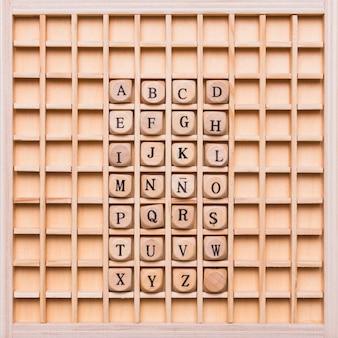 Alfabet met dobbelstenen op houten bord