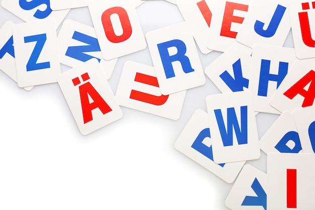 Alfabetletters leren op wit