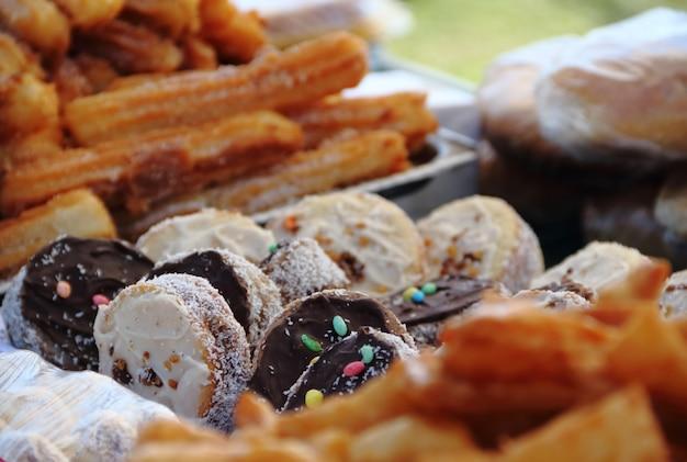Alfajores gebakken taarten en churros te koop op de straatmarkt