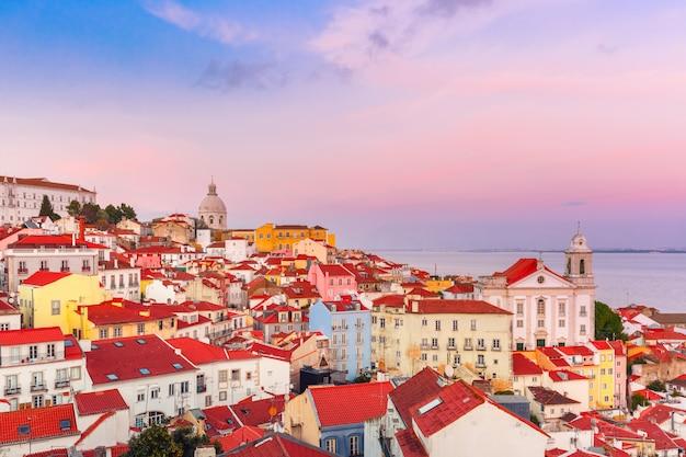 Alfama bij schilderachtige zonsondergang, lissabon, portugal